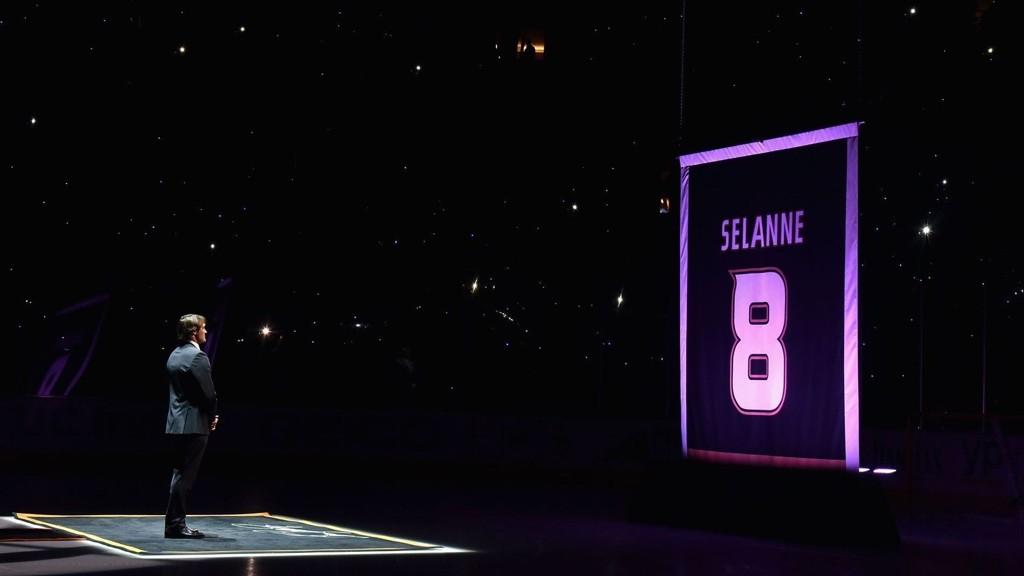 Foran et feststemt Anaheim Ducks-publikum ble den finske ishockeystjernen Teemu Selänne hyllet i en time.