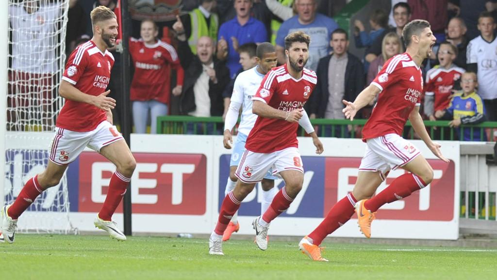 Swindon-spillerne har hatt mye å juble for denne sesongen. Her der det brasilianeren Raphael Rossi-Branco som feirer scoring.