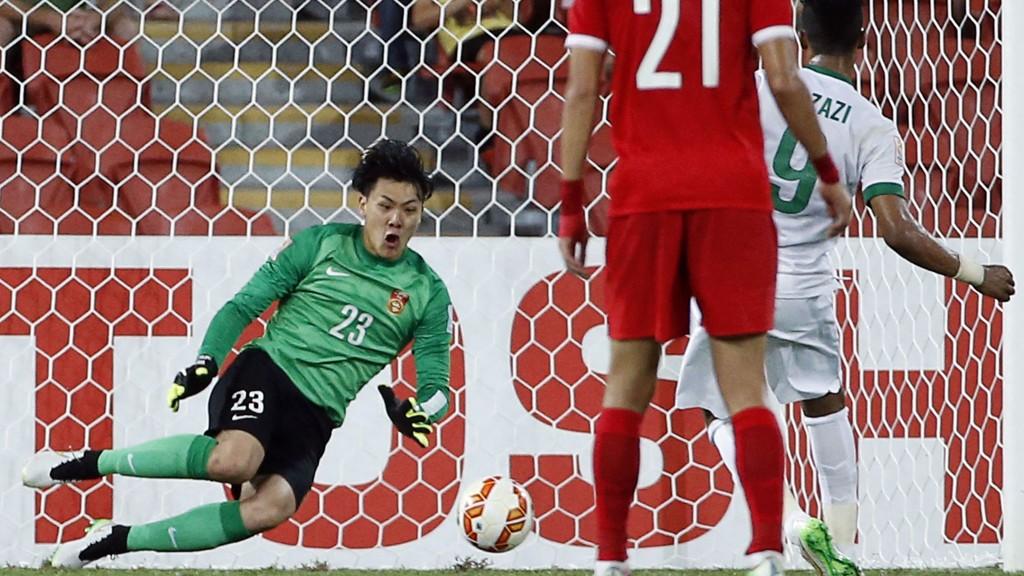 Kina-keeper Wang Dalei redder straffe fra Saudi Arabias Naif Hazazi. Det kan han takke en 12-åring for.