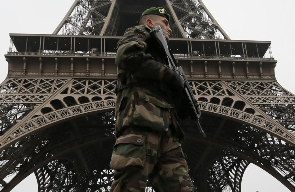 Franske soldater patruljerer i Paris' gater.