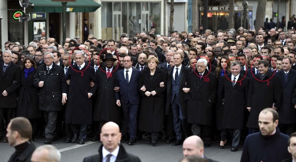 PÅ REKKE OG RAD: Mellom blant andre Europarådets leder Thorbjørn Jagland (til venstre i front), EU-kommisjonens leder Jean-Claude Juncker (tredje fra venstre i front), Frankrikes president Francois Hollande (sjette fra venstre i front), Tysklands forbundskansler Angela Merkel (sjuende fra venstre i front), EU-president Donald Tusk (åttende fra venstre i front) og Sveriges statsminister Stefan Löfven (til høyre i front) går også personer som får kritikk for brudd på ytringsfriheten de demonstrerte.