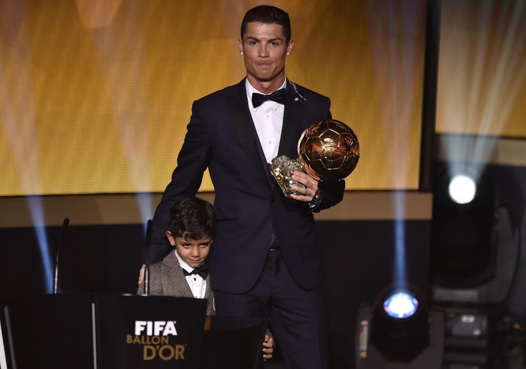 VANT: Cristiano Ronaldo vant Gullballen, og feiret sammen med sønnen på scenen.