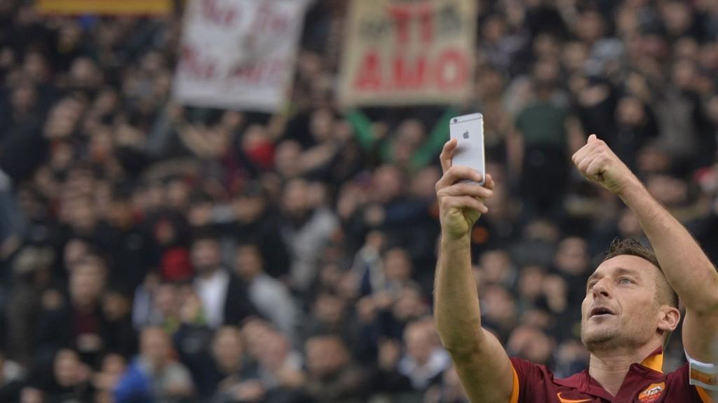 SELFIE: Slik feiret Francesco Totti sin utligning i Roma-derbyet mot Lazio.