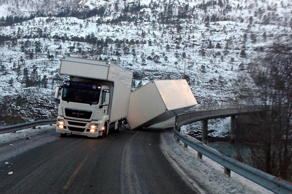 PÅ KANTEN: Hengeren blåste over i motsatt kjørefelt og mot rekkverket på Sundsfjordbrua på fv 17 i Gildeskål.