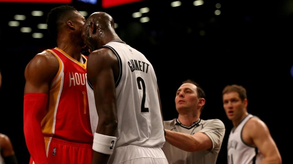 SKALLET: Her skaller Kevin Garnett til Dwight Howard.