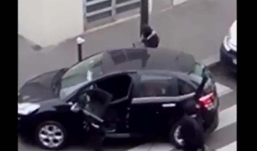 TERRORISTENE: Videoen er filmet sekunder etter at brødrene Said og Cherif Kouachi hadde gjennomført det blodige anslaget mot redaksjonslokalet til Charlie Hebdo. Se videoen nederst i saken.