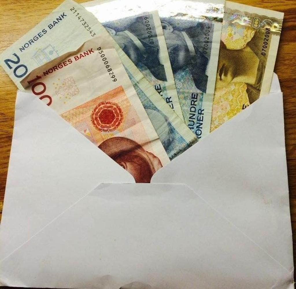 Den bugnende konvolutten var fylt med penger. Nå håper Falmår at eieren får dem tilbake.