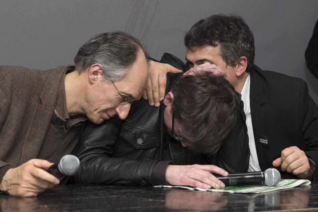 FØLELSESLADD: Sjefredaktør Gerard Biard og tegneren Renald «Luz» Luzier og spaltist Patrick Pelloux holdt en følelsesladd pressekonferanse i avisa Liberations lokaler i Paris tirsdag.