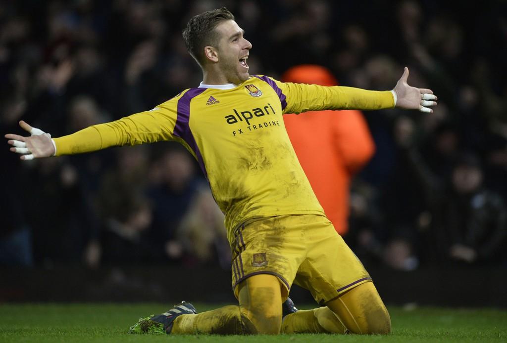West Ham-keeper Adrian jubler etter å ha satt inn det avgjørende straffesparket i FA-cupkampen mot Everton.