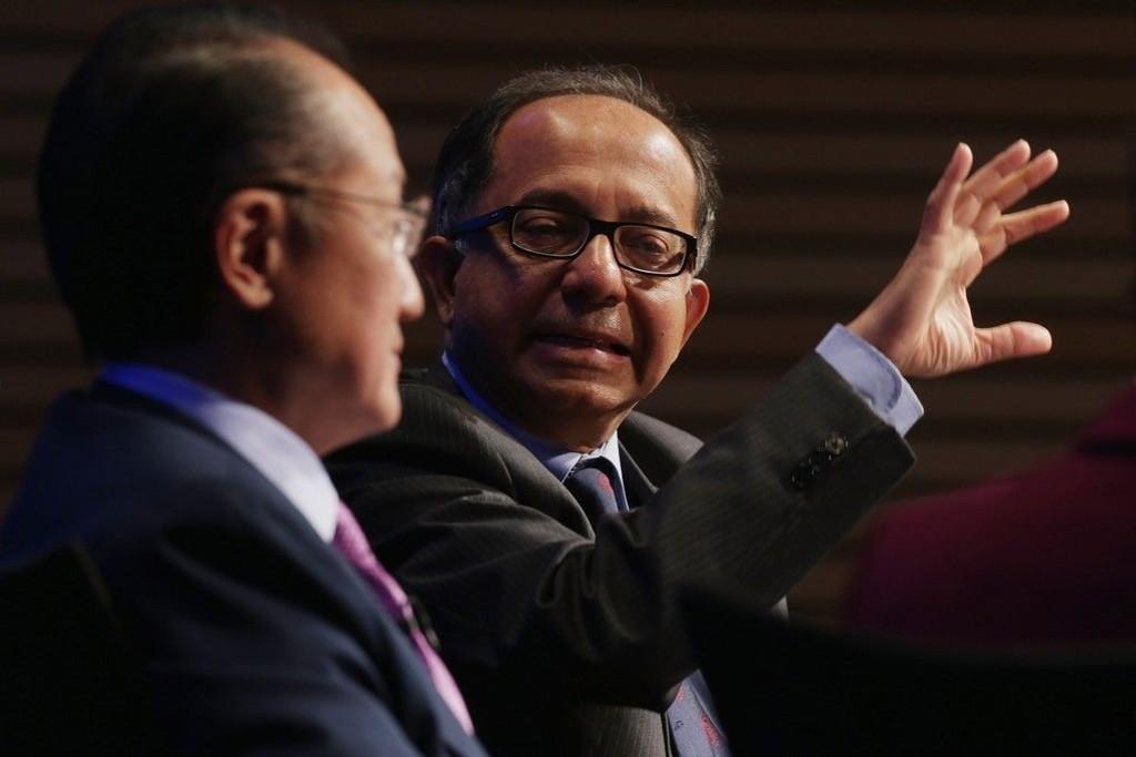 - Den globale økonomien drives av en enkelt motor, den amerikanske, sier sjeføkonom i Verdensbanken, Kaushik Basu (til høyre), til journalister. - Dette skaper ikke rosenrøde utsikter for verden, legger han til.