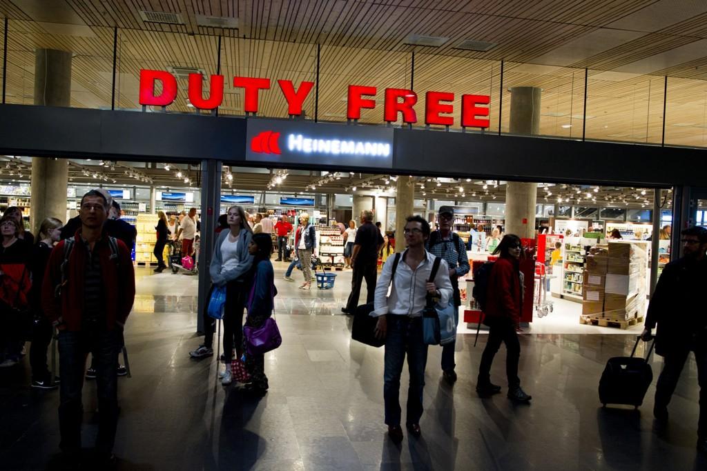 UENIGE: Taxfree-butikken er det første som møter deg når du ankommer Oslo lufthavn Gardermoen. Aps helseutvalg vil ha ordningen vekk, men Frp er sterkt uenig.