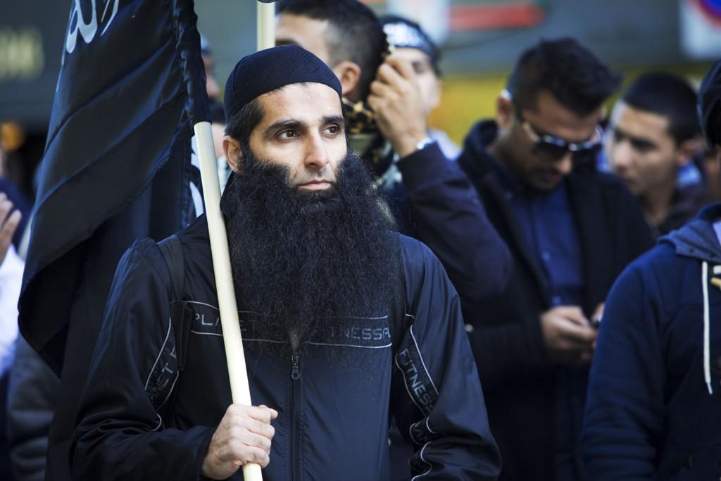 OSLO: De siste årene før han forlot Norge, ble Arfan Bhatti en radikal muslim. Dette bildet er tatt under en demonstrasjon utenfor Den amerikanske ambassaden i 2012.