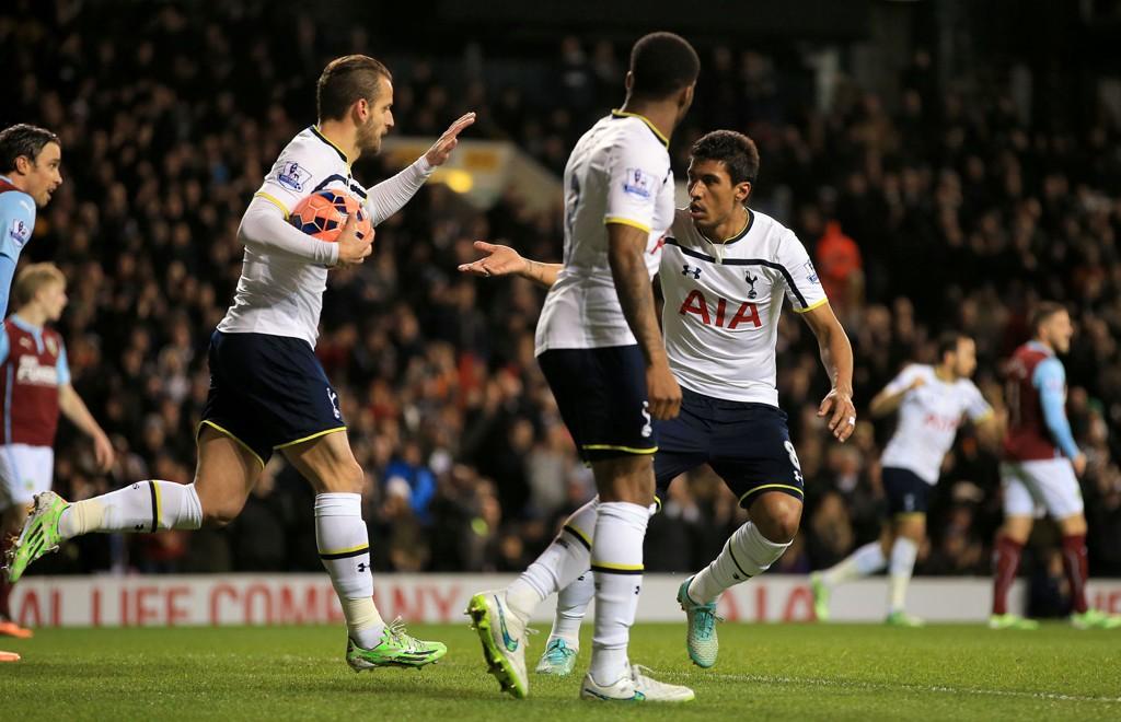 SCORET: Paulinho var blant målscorerne i omkampen mot Burnley i FA-cupen.