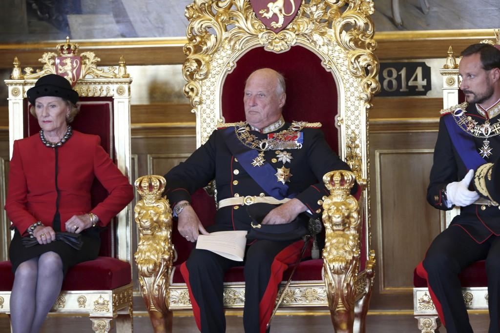 Kong Harald er en av Europas fattigste monarker, skriver Daily Mail. Her er kongen, sammen med Dronning Sonja og Kronprins Haakon, med på åpningen av det 159. storting.