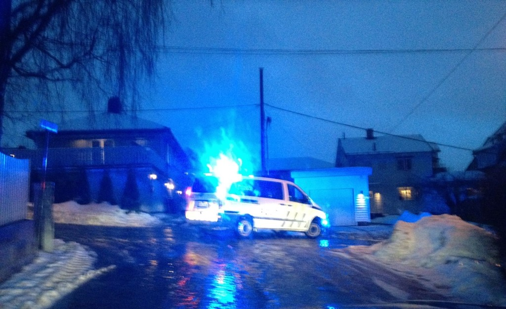 GLATT: Politiet på plass for å bistå på glatt føre i Doktor Smithsvei, sidevei til Grefsenveien, i dag tidlig. Foto: Kristin Tufte Haga