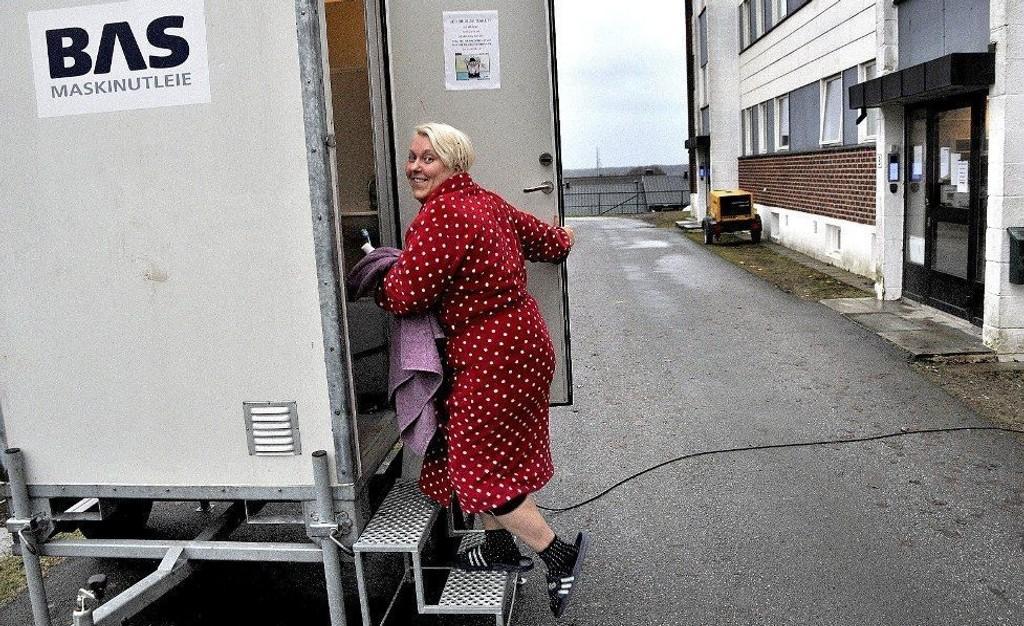 Styreleder Sigrun Solvang er klar for å ta morgenstellet på det mobile toalettet på utsiden av Færders gate 19 B. Foto: Jarl M. Andersen