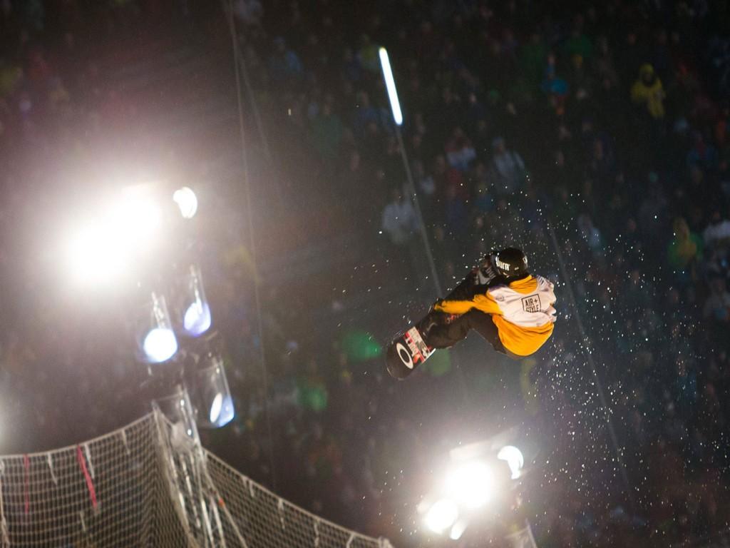 FLYR HØYT: Ståle Sandbech var best av alle de høytflyvende snøbrettkjørerne i Innsbruck lørdag kveld.
