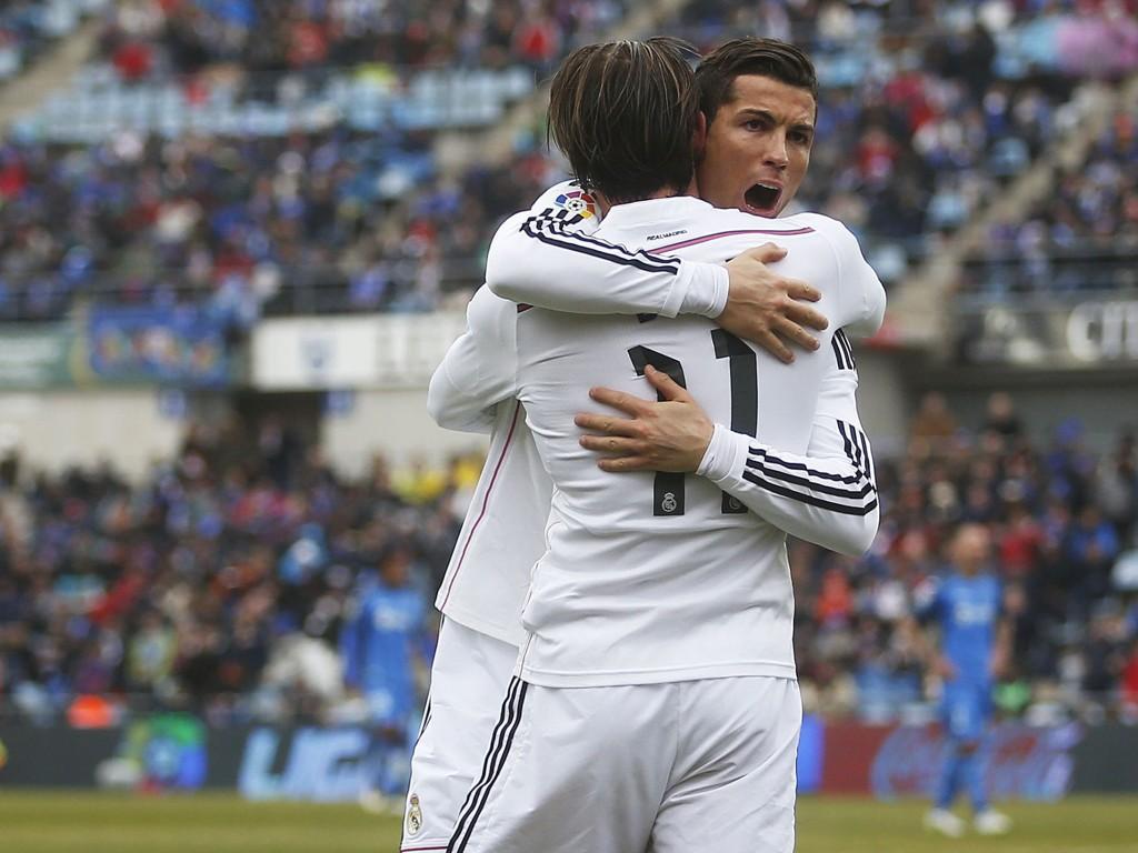 GOD STEMNING: Cristiano Ronaldo feier et av sine to mål med lagkompis Gareth Bale. Sistnevnte scoret REal Madrids andre av tre mål mot Getafe.