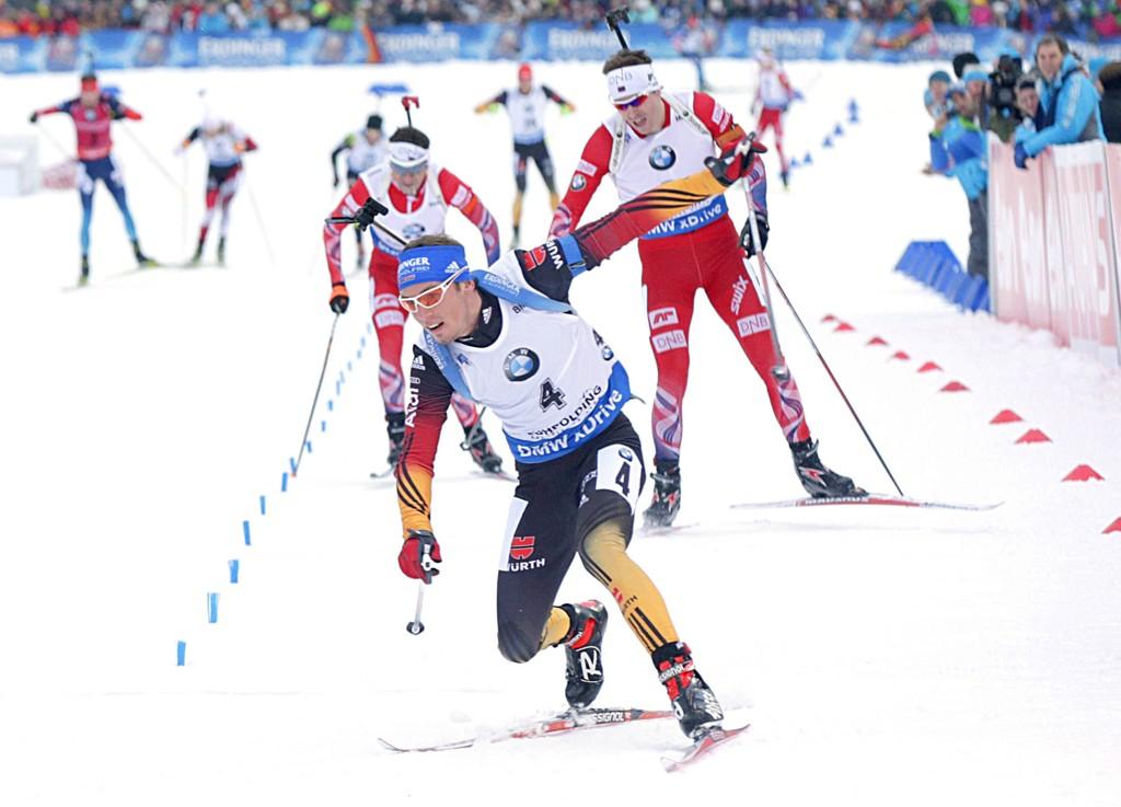TETT I TET. Emil Hegle Svendsen og Ole Einar Bjørndalen var med i kampen om seier, men begge endte utenfor pallen. Tyske Simon Schempp (foran) var først over målstreken. Foto: Vidar Ruud / NTB scanpix