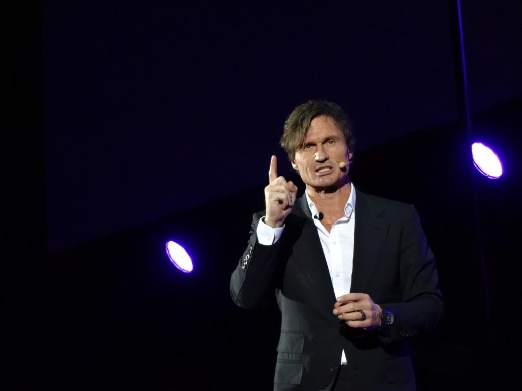 STERK TALE: Petter Stordalen holdt en følelsladd tale i Stockholm søndag.