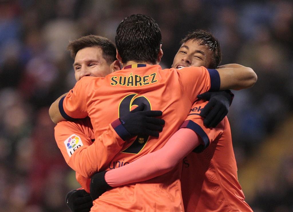 TRE PÅ RAPPEN: Lionel Messi gratuleres av lagkompisene Luis Suárez og Neymar etter ett av tre mål mot Derportivo.