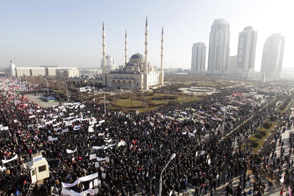 Hundretusener demonstrerte i Tsjetsjenias hovedstad Groznyj mandag mot Charlie Hebdos trykking av Muhammed-karikaturer