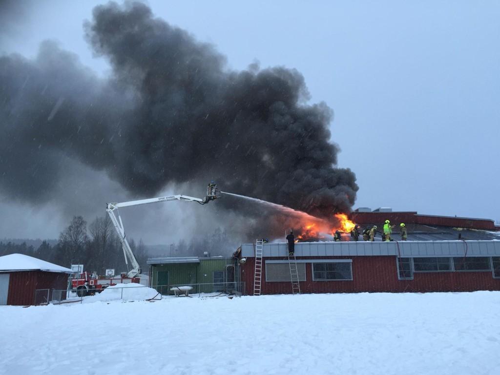 Brannmannskaper jobber mandag ettermiddag med å slukke brannen i Korsmo skole i Sør-Odal kommune i Hedmark. Alle elever og lærere er gjort rede for, ifølge politiet.