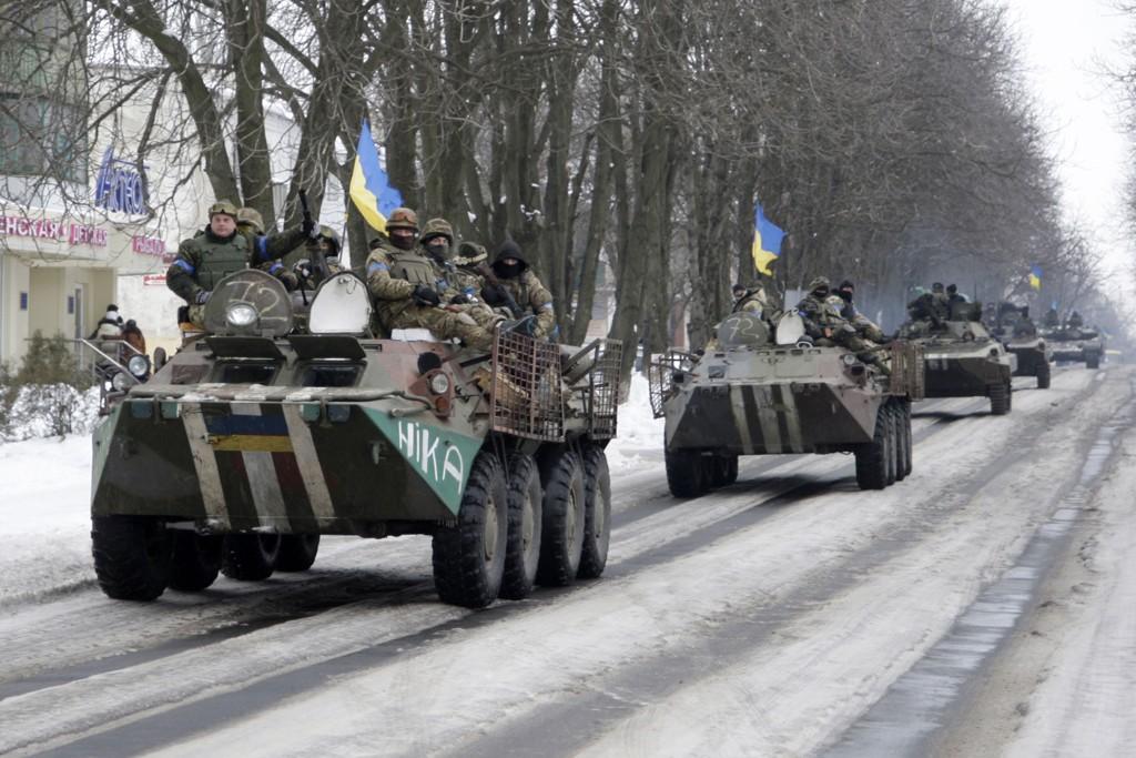 Ukrainske regjeringsstyrker kjører inn i byen Volnovakha øst i Ukraina søndag.