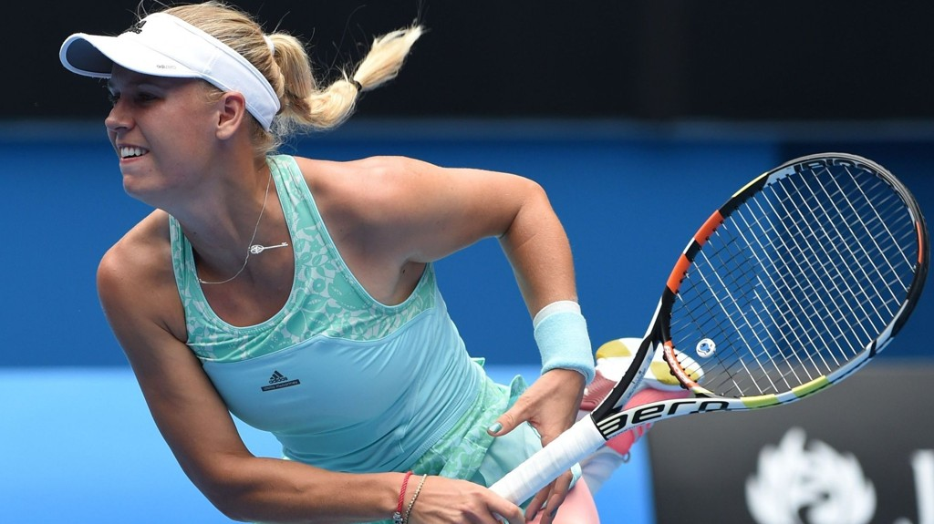 ENDTE GODT: Danske Caroline Wozniacki slet med å returnere serven i tirsdagens kamp. Etter litt banning og kjefting fra far, gikk det imidlertid bedre.