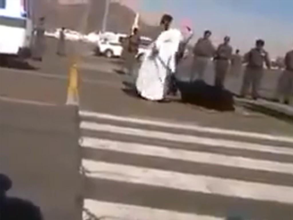 Henrettelsen skal ha funnet sted mandag i den hellige byen Mekka. Torsdag dukket den angivelige videoen av henrettelsen opp på Internett. Bildet er hentet fra videoen.