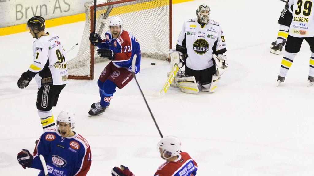 Sondre Olden jubler for avgjørende scoring for VIF mot Oilers i femte kamp i NM-sluttspillet 12. april i fjor. Oilers har siden vunnet fire matcher på rad mot Oslo-klubben.