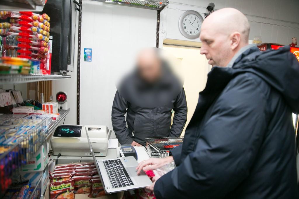 Nettavisens økonomiredaktør Ole Eikeland viser kioskeieren videoen hvor han selger smuglersigaretter. - Ja, det er meg på videoen, bekrefter han.