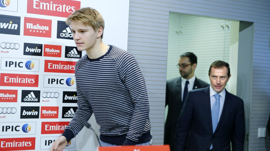 KLAR: Martin Ødegaard ble presentert som Real spiller torsdag. Emilio Butragueno t.h. fra Real Madrid sammen med ham.