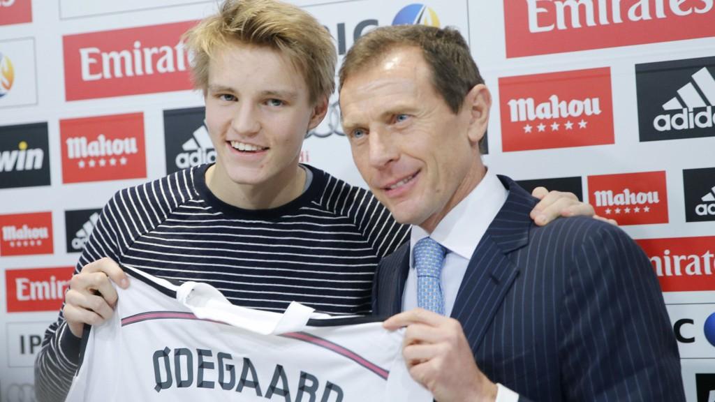 KLAR: Martin Ødegaard ble presentert som Real spiller torsdag. Emilio Butragueno fra Real Madrid sammen med ham.