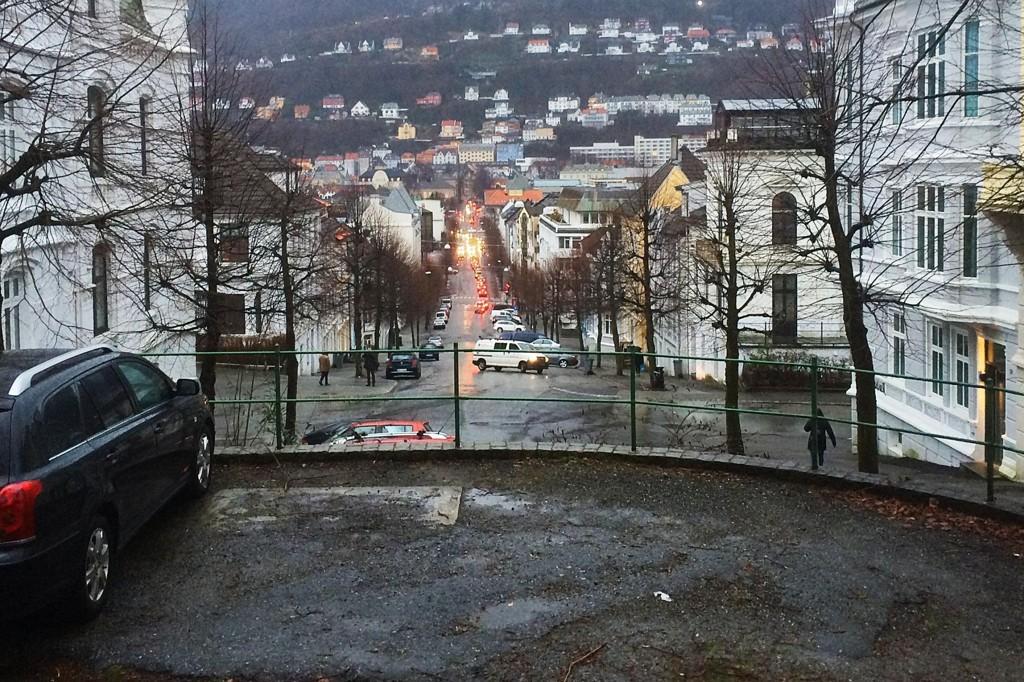 Kvinnen skal ha blitt voldtatt på en parkeringsplass ved krysset mellom Strømgaten og Parkveien i Bergen sentrum.