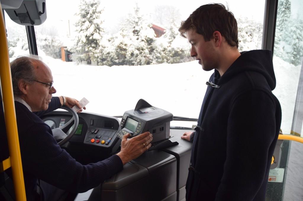 BILLIGERE BUSS: Jørgen Wear og andre ungdommer kan nå kjøre billig på bussen til de fyller 20 år.