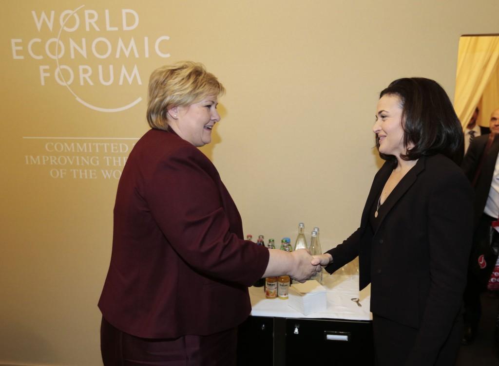 Statsminister Erna Solberg (t.v.) og visepresident i Facebook Sheryl Sandberg under samtaler i WEF i Davos, Sveits ettermiddag.