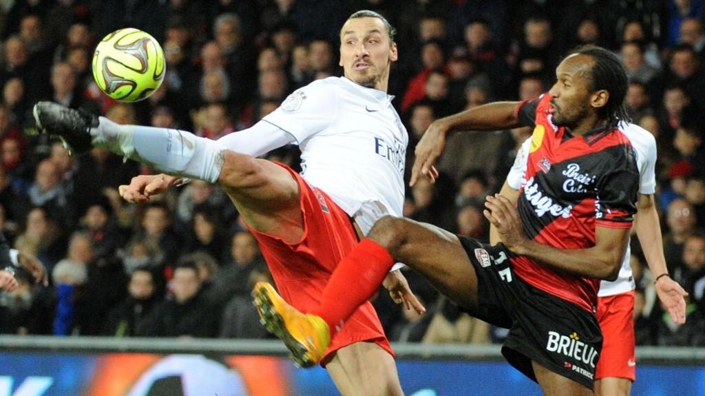 Guingamp-spiller Jeremy Sorbon i duell med PSG-stjernen Zlatan Ibrahimovic i en seriekamp som ble spilt i desember i fjor.