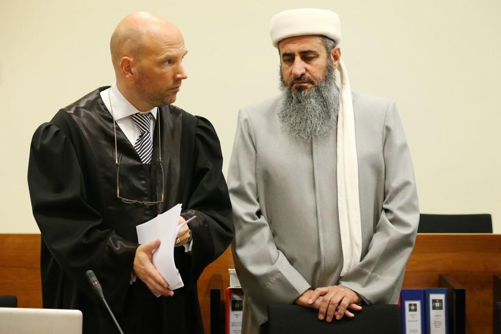 Advokat Brynjar Meling og hans klient mulla Krekar møter tirsdag neste uke i Oslo tingrett i forbindelse med klagen på at politiet har vedtatt å tvangsflytte Krekar til Kyrksæterøra i Sør-Trøndelag. Dette bildet er fra rettssaken mot Krekar i 2012.