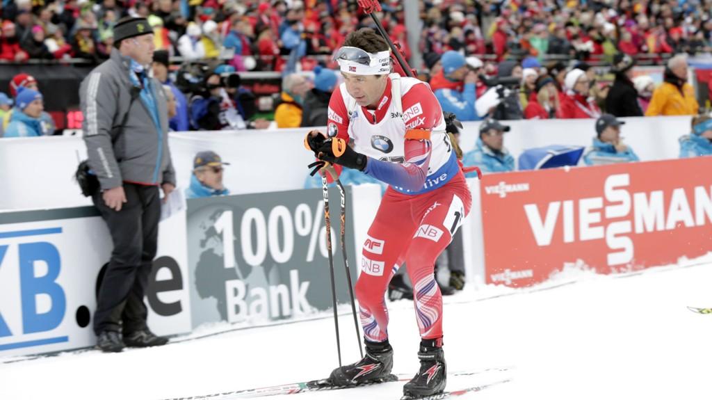 Ole Einar Bjørndalen kjempet seg inn i seierskampen, men kom til kort i spurten og ble nummer fire på lørdagens skiskytterjaktstart i Antholz.