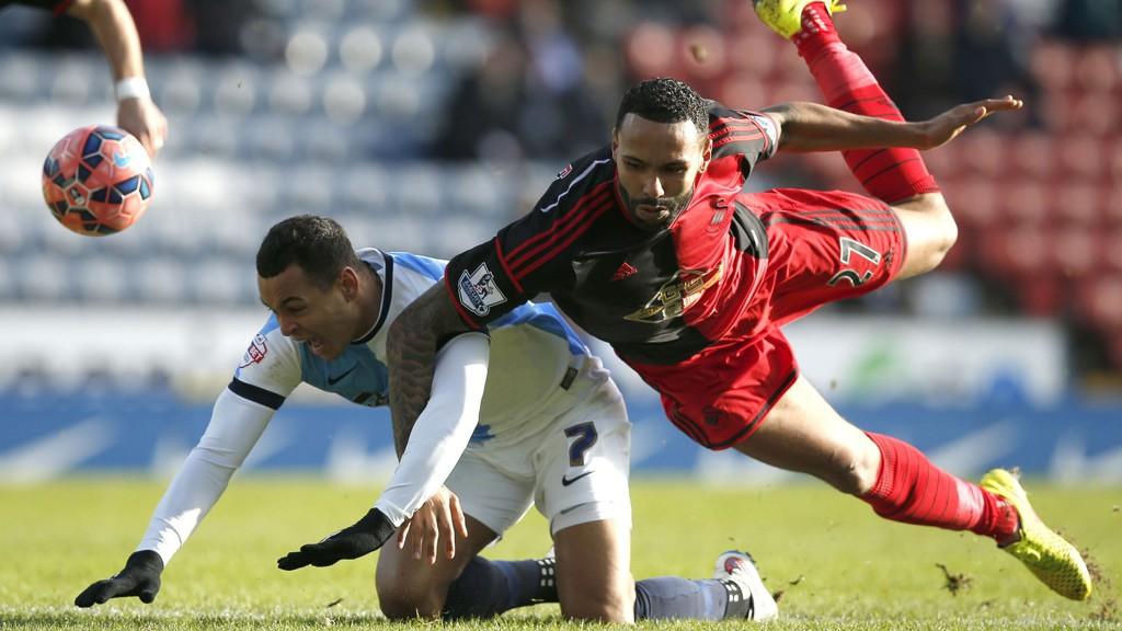Joshua King blir felt av Kyle Bartley, som fikk se det røde kortet etter kun seks minutter. King og Blackburn vant FA-cupkampen mot Swansea 3-1.
