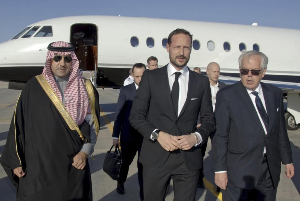 I SAUDI-ARABIA: Her har kronprins Haakon landet i Riyadh i Saudi-Arabia lørdag, for å delta i en kondolanseseremoni etter kong Abdullahs død.