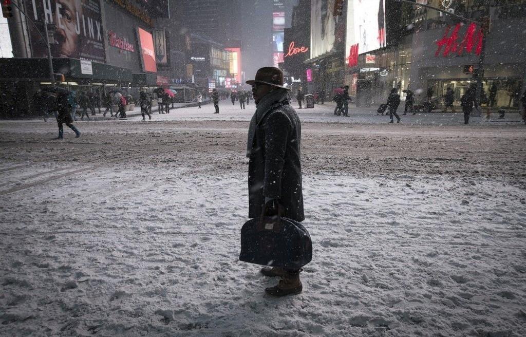 Det er innført forbud mot bilkjøring i hele New York på grunn av snøstormen som er på vei. Bildet er fra Times Square i New York mandag kveld etter at bilforbudet trådte i kraft.
