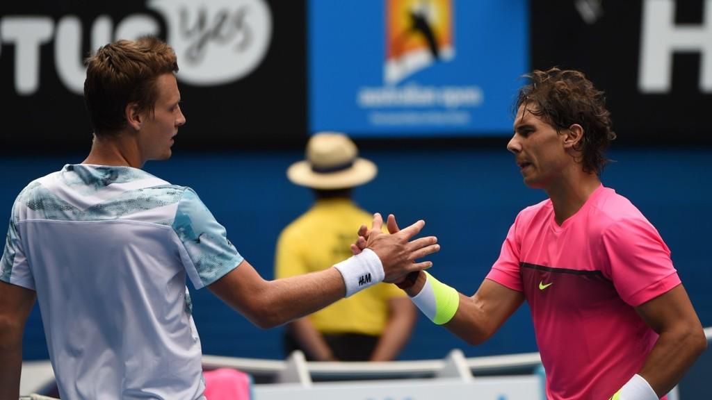 GAME OVER: Tomas Berdych gratuleres av Rafael Nadal etter tsjekkerens seier.