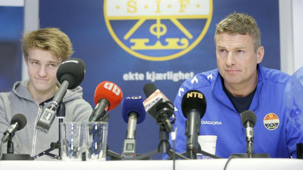 Martin Ødegaard holdt mandag pressekonferanse før han drar til Madrid. Her sammen med Jostein Flo t.h.
