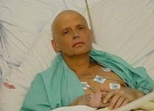 Aleksandr Litvinenko ble forgiftet i 2006. Her er han avbildet på dødsleiet på et sykehus i London.