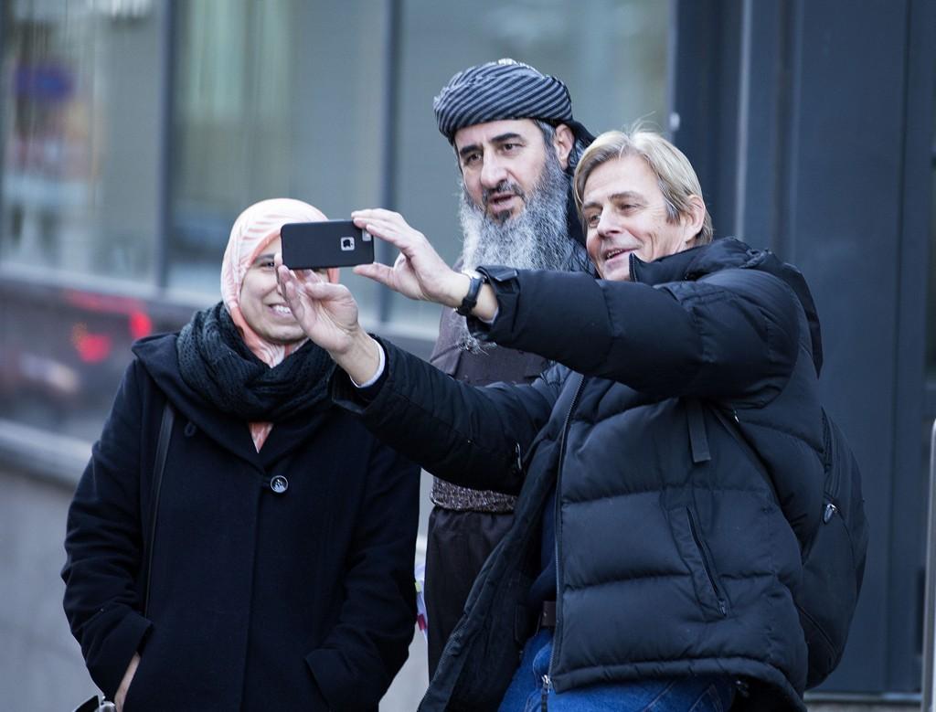 SELVESTE KREKAR I EN SELFIE: Anders Magnus sikret seg en selfie med Mulla Krekar og kona Rokosh i pausen under rettsmøtet i Borgarting lagmannsrett tirsdag.