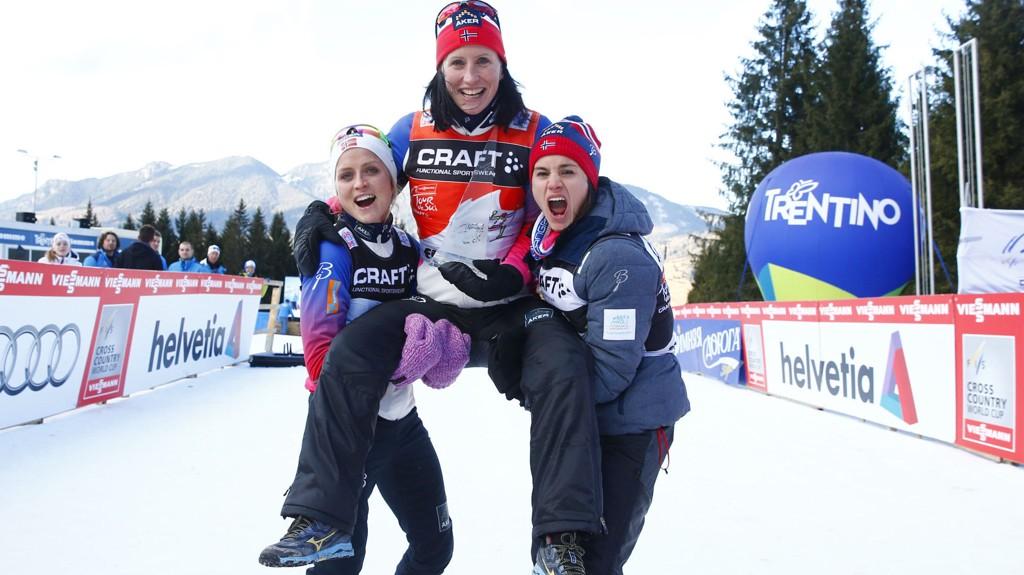 STORE FAVORITTER: Marit Bjørgen blir løftet opp av lagvenninnene Therese Johaug og Heidi Weng etter seieren i Tour de Ski. I Falun kan det bli mer norsk jubel.