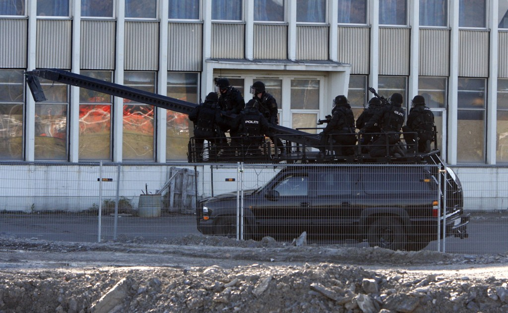 Nasjonalt beredskapssenter skal huse blant annet Beredskapstroppen (bildet), helikoptertjenesten og Hundetjenesten. Bildet er tatt under en demonstrasjon på Fornebu.