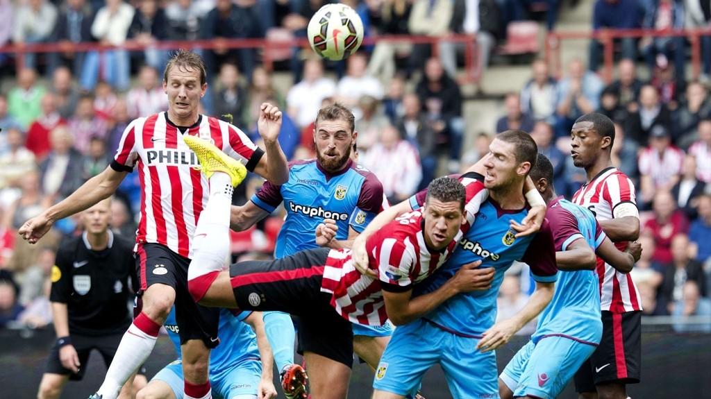 Vitesse-spillere avbildet i en tøff duell mot PSV-spillere i en seriekamp tidligere i sesongen.